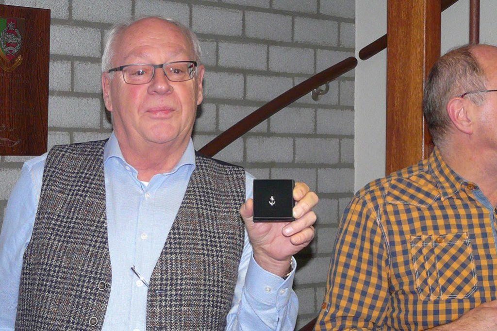 Frans van Nistelrooij laat het Nulands Ankertje van Verdienste zien